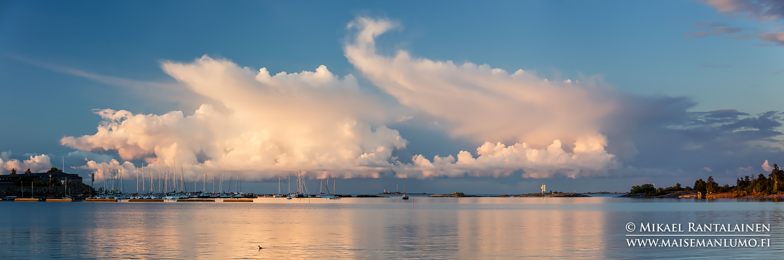 Auringonnousun värjäämät pilvet Särkän ja Harakan välissä, Helsinki (HP152)
