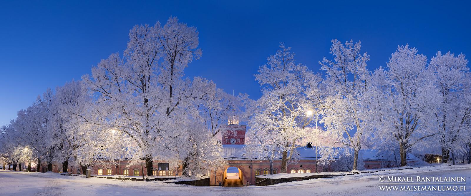 Rantakasarmi ja huurteiset puut, Suomenlinna, Helsinki (HP150)
