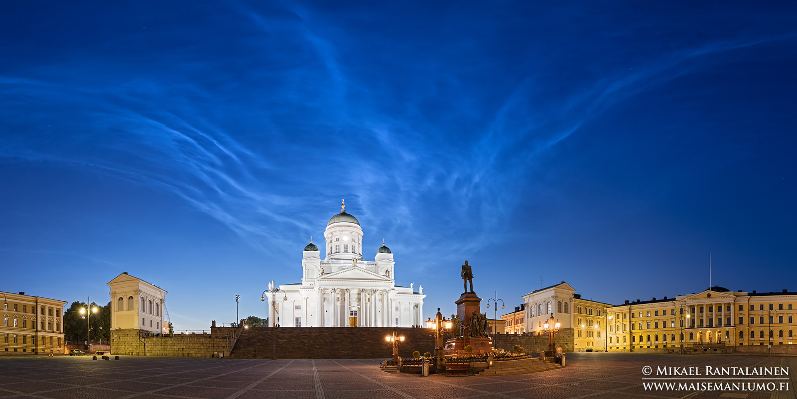 Valaisevia yöpilviä, Tuomiokirkko ja Aleksanteri II:n patsas, Senaatintori, Helsinki (HP197)