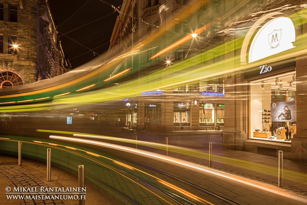 Raitiovaunu pitkällä valotusajalla, Helsinki