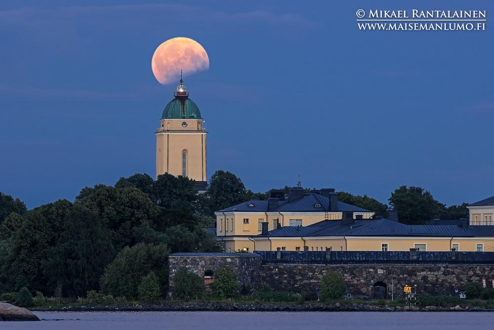 Osittainen kuunpimennys ja Suomenlinnan kirkko