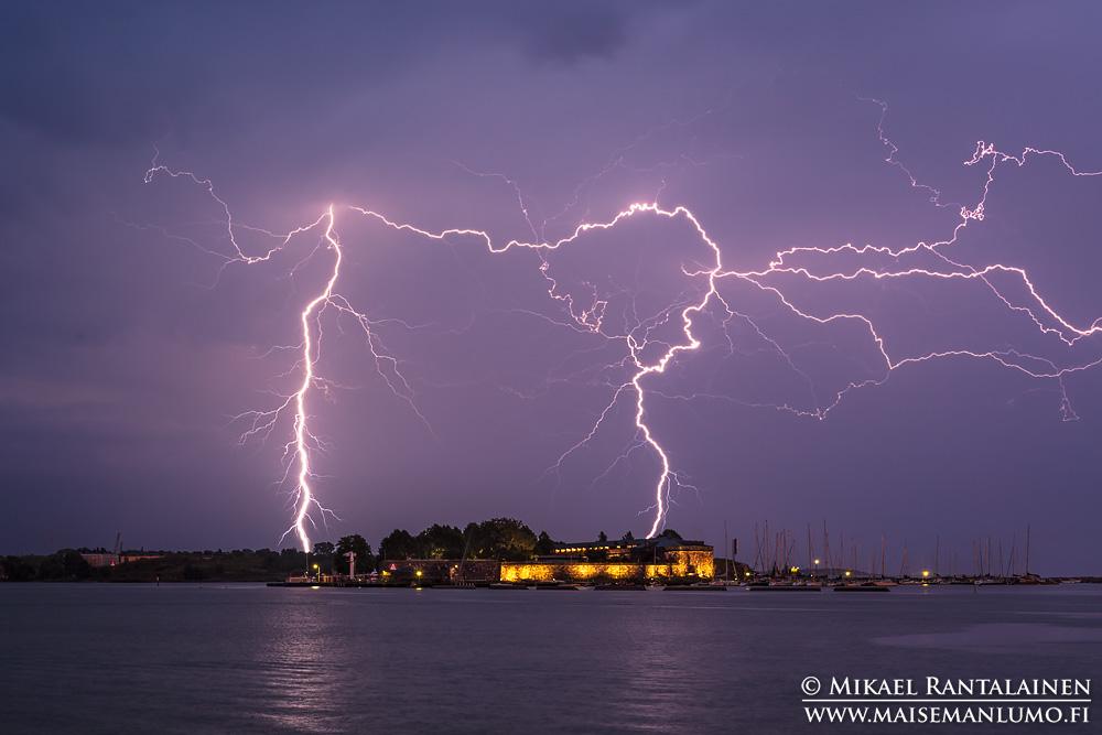 Kiira-myrskyn salama Särkän takana Kaivopuistosta