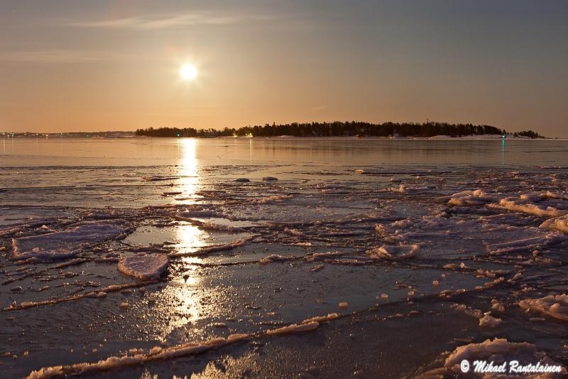 Täysikuu nousee Pihlajasaaren ylle, Sisä-Hattu, Lauttasaari, Helsinki