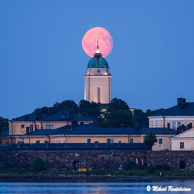 Kuu Suomenlinnan kirkon takana, kuvattu Kaivopuistosta, Helsinki (25.6.)