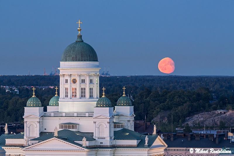 Tuomiokirkko ja kuu Hotelli Tornista / Linkki Helsinki - Kesämaisemia 2013 galleriaan