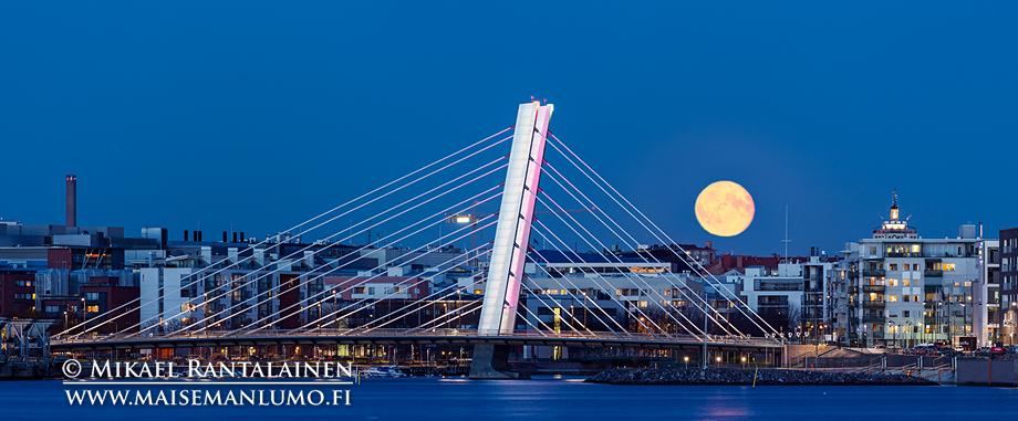 Täysikuu ja Crusellin silta Jätkäsaaren ja Ruoholahden välissä, Helsinki (kahden vaakakuvan panoraama, 400 mm, ISO 400, F8 ja 1,6 sekuntia, lisäksi kuu 1/4 sekunnin valotuksesta)