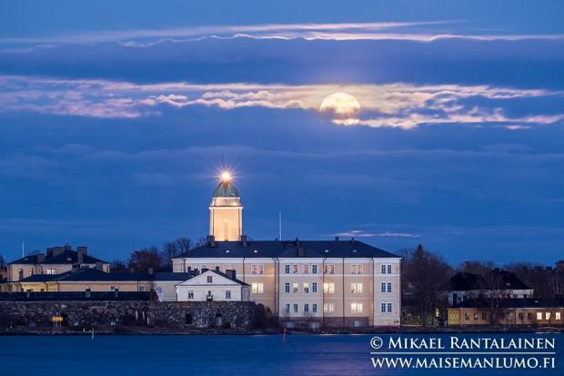 Suomenlinnan kirkko ja täysikuu Kaivopuistosta (15.4.2014) / Linkki Vinkkejä kuun valokuvaamiseen artikkeliin
