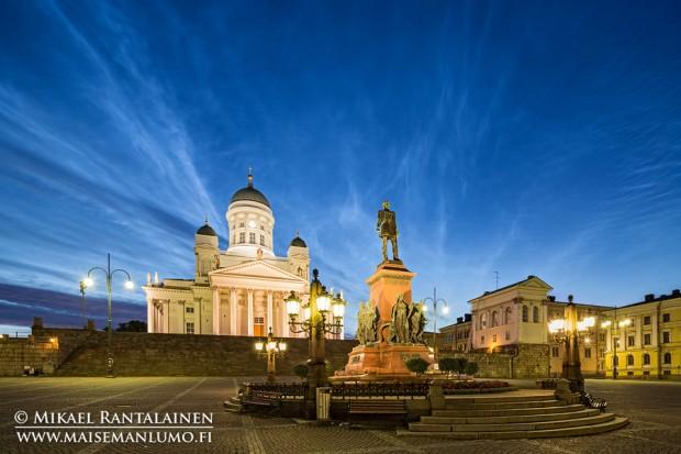 Valaisevia yöpilviä Tuomiokirkon yllä, Helsinki