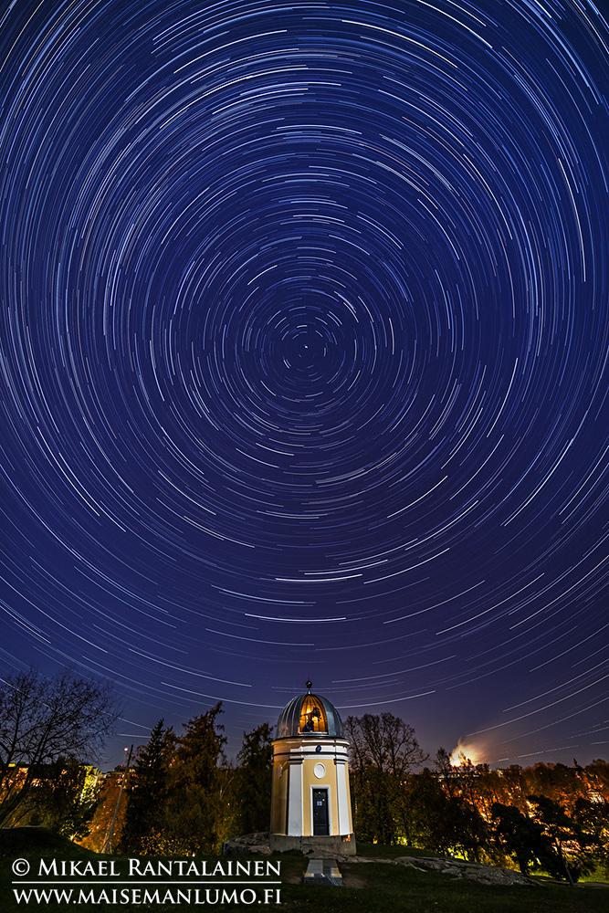 Tähdet Kaivopuiston tähtitornin yllä (star trail: 201 kuvaa, 14 mm, ISO 1600, f/4 ja 25 sekuntia)