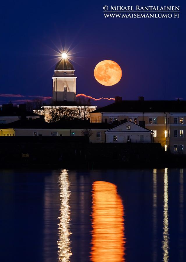 Suomenlinnan kirkko ja kuu