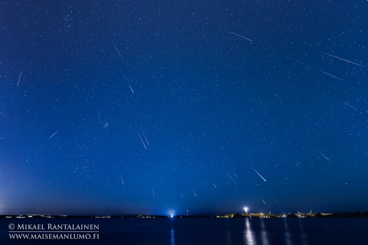 Perseidien meteoriparvi Helsingissä, Kaivopuistosta kuvattuna