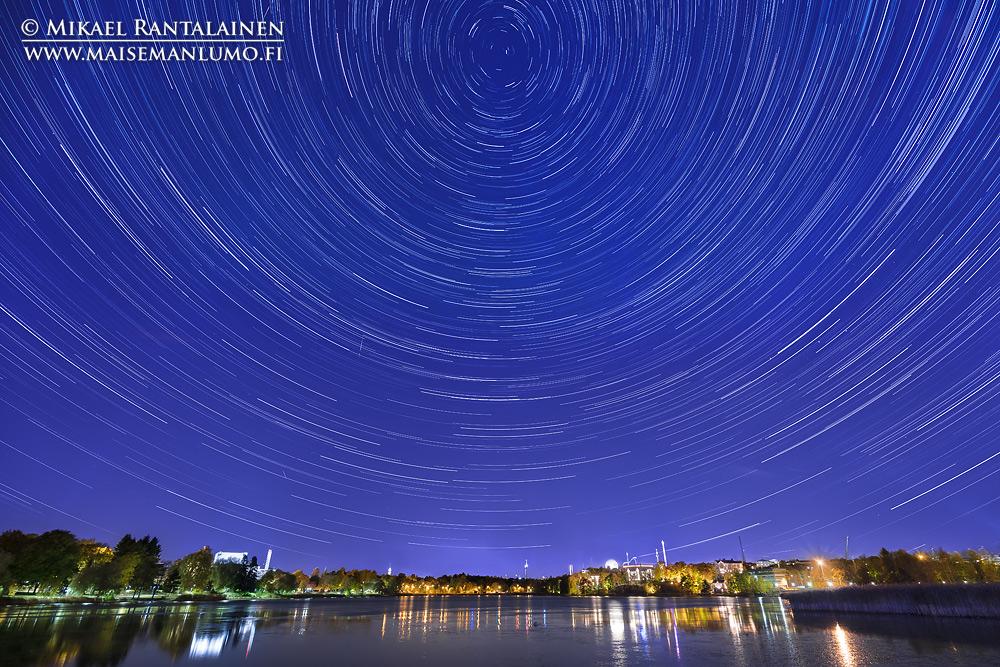 Tähtipyörre Töölönlahdella (256 kpl 15 sekunnin valotuksia yhdistetty), Helsinki