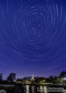 Star trail Suomenlinnan kirkon yllä, Helsinki
