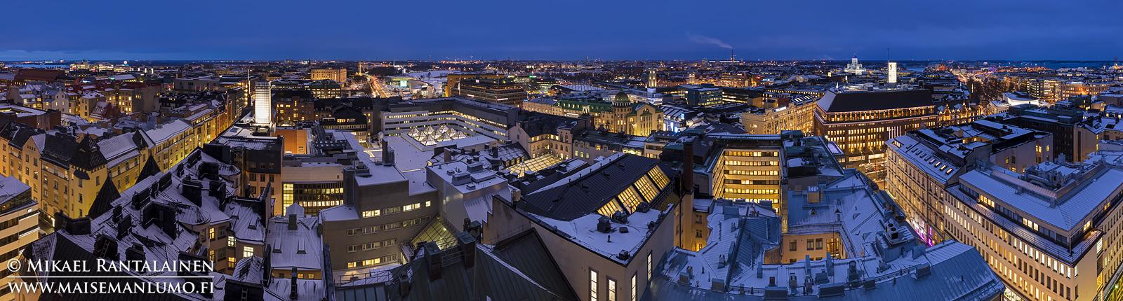 Sinisen hetken panoraama Hotelli Tornista, Helsinki (6 vaakakuvan panoraama Photoshopissa, 23 mm, ISO 100, f/9 ja exposure blend (8 ja 3,2 sekuntia))