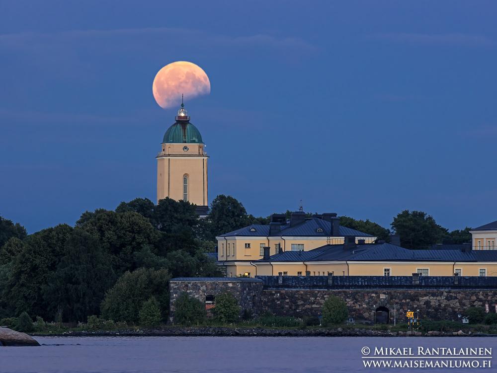 Suomenlinnan kirkko ja elokuun 2017 kuunpimennys Kaivopuistosta, Helsinki (KU308)