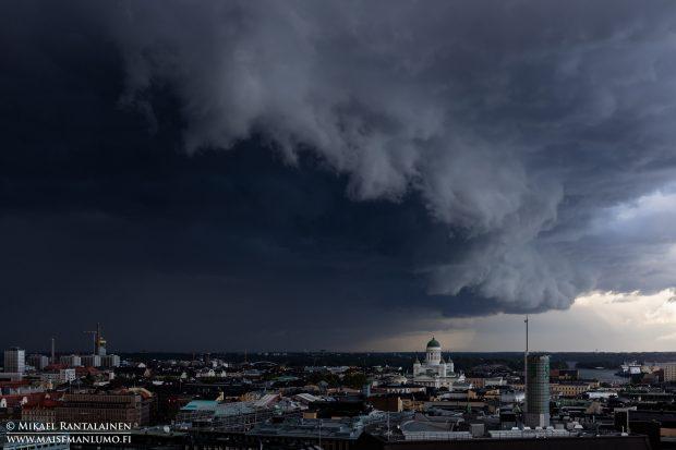 Tuomiokirkko ja vyörypilvi, Helsinki