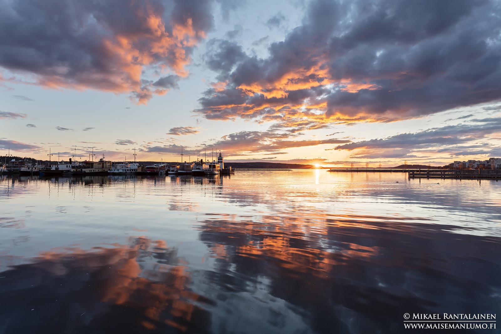 Auringonlasku Lahden satamassa (vastavalo)