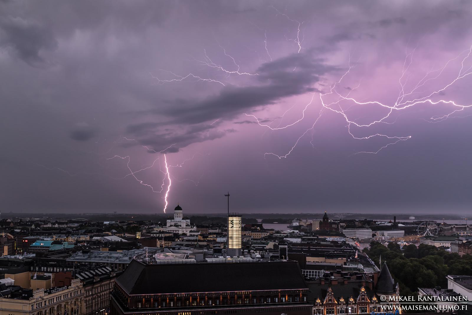 Kiira-myrskyn salama ja Tuomiokirkko Hotelli Tornista