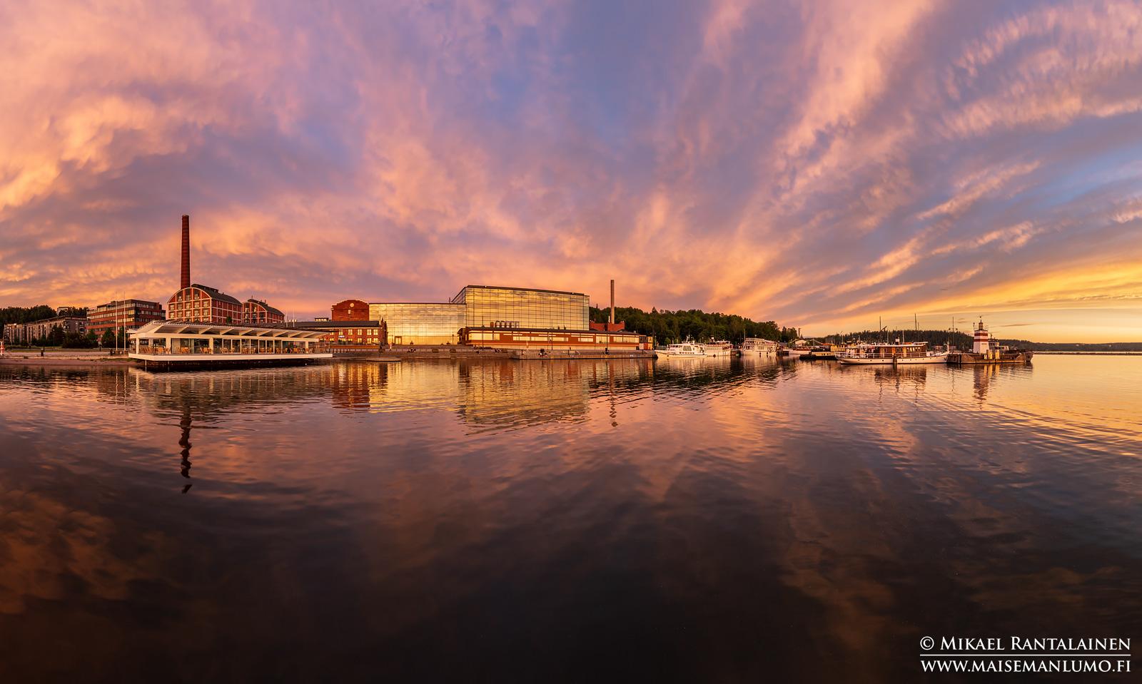 Panoraama Lahden satamasta auringonlaskun aikaan