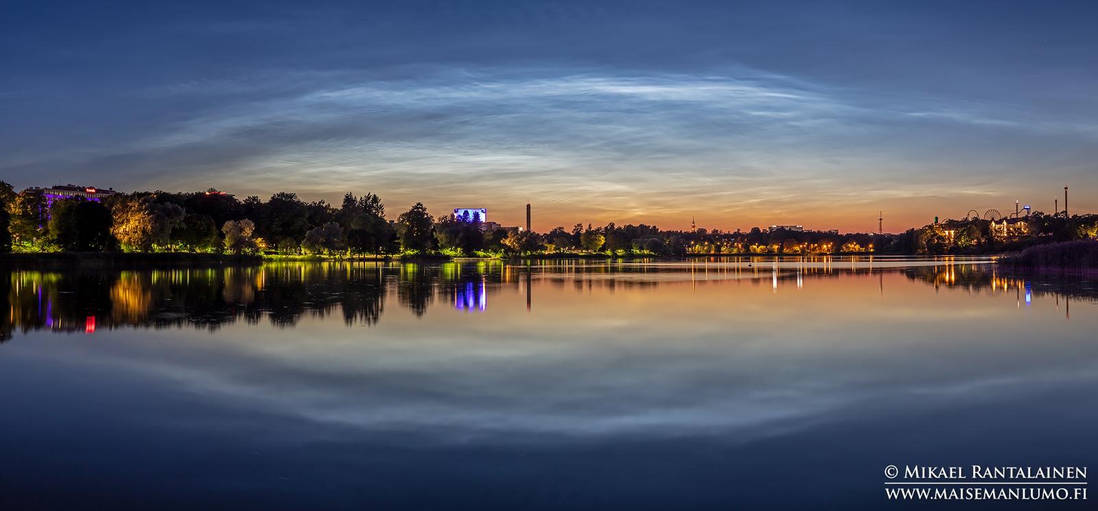 Valaisevia yöpilviä Töölönlahdella