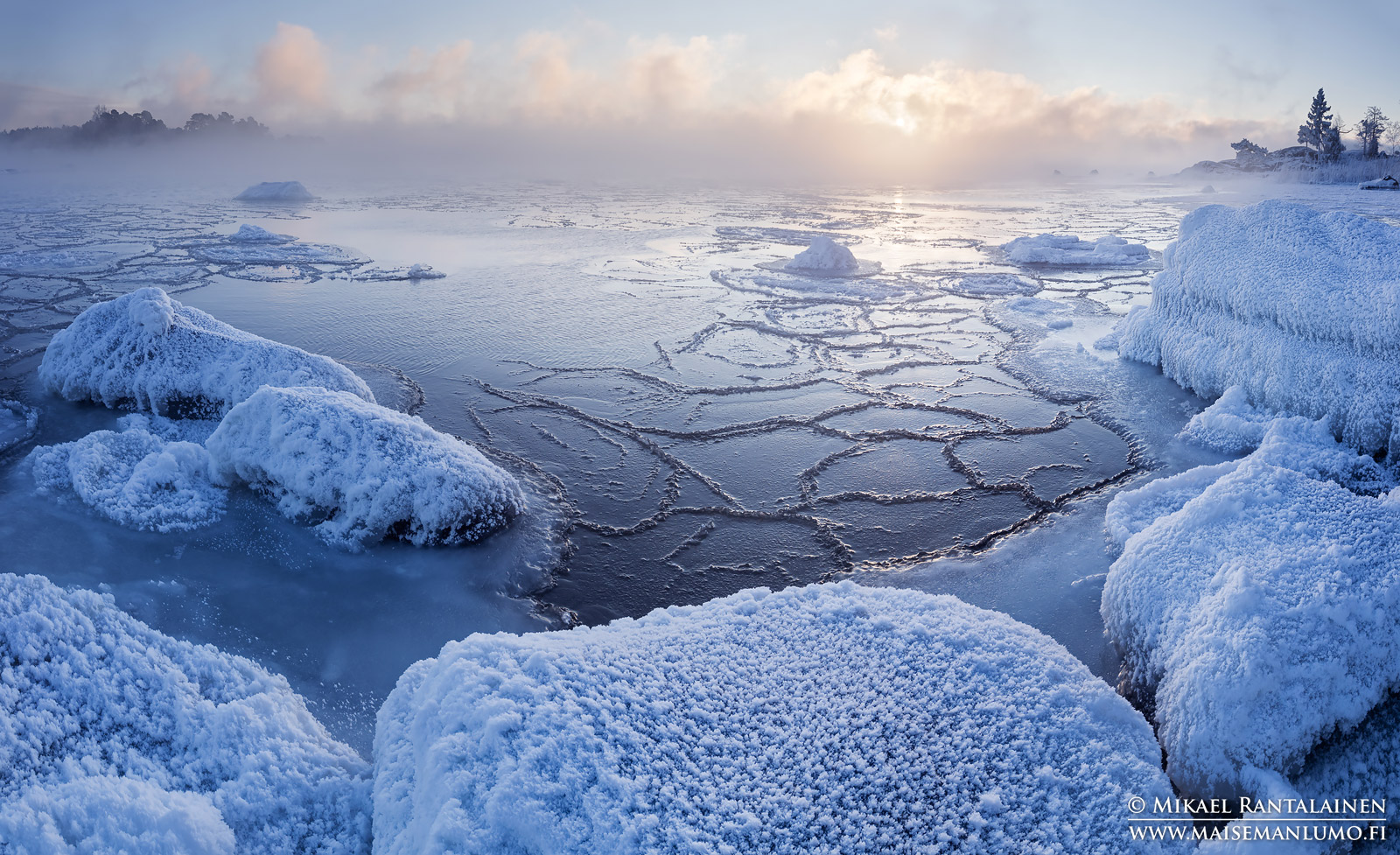 Huurtuneita kiviä ja merisavua Kallahdenniemellä, Helsinki