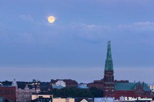 Täysikuu ja Johanneksenkirkko Hotelli Torninsta, Helsinki (23.6. klo 23:15)