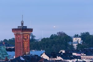 Erottajan paloasema ja Suomenlinnan kirkon valo sumussa nähtynä Hotelli Torninsta, Helsinki (23.6.)