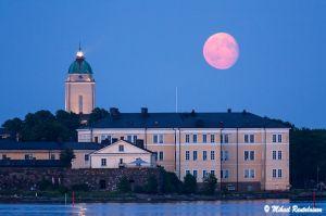 Kuu ja Suomenlinnan kirkko Kaivopuistosta, Helsinki (25.6.)